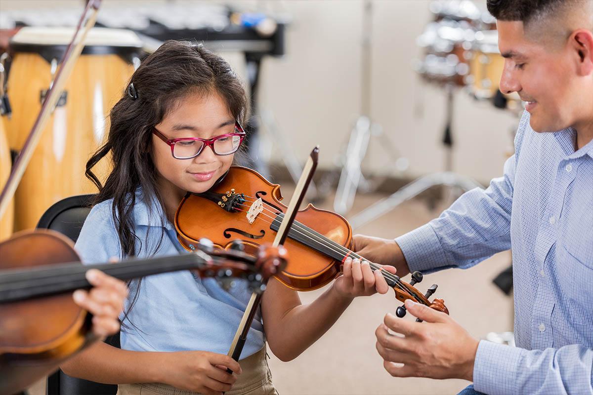 girl learning violin